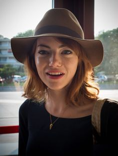 Emma Stone laidback style - fedora hat + minimal jewelry + simple dress