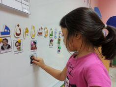 يضع الأطفال صور أصدقائهم تحت حرفهم الأول