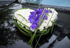 #Wow dieses gefüllte #Autoherz mit #Nelken #Orchideen und #Typha #Gras in #lila #weiß sieht einfach #klasse aus - #bridalbouquet #brideansgrom #weddinginspiration #car #bouquet