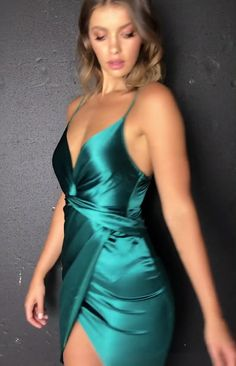Belinda Dress Emerald - - This stunning, emerald dress pairs perfectly with nude heels and gold jewellery for a gorgeous party look. Source by Tight Dresses, Satin Dresses, Elegant Dresses, Silk Dress, Sexy Dresses, Pretty Dresses, Dress Outfits, Evening Dresses, Fashion Dresses