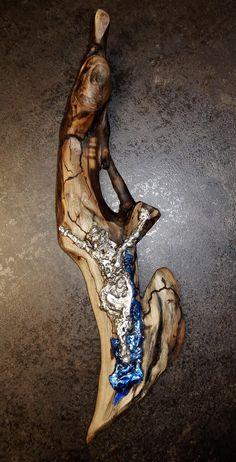 """Kreuz -  """"sieben Gesichter"""" - the seven faces - Treibholz, Zinn und Wismut 46x15cm, 0,7kg, UNIKAT ! Wer erkennt die 7 Gesichter?  #kreuz #art #kunstwerk #skulptur #zinn #wurzel #schwemmholz Zinn, Sculpture, Animals, Driftwood, Nth Root, Faces, Crosses, Artworks, Stainless Steel"""