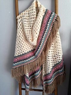 Ok, got an answer from lady who made this, it's basic half granny shawl then The Edge is actually just created. Combi of fixed, half-fasting, chopsticks and cross-STITCH. Crochet Shawls And Wraps, Crochet Scarves, Crochet Clothes, Gilet Crochet, Knitted Poncho, Thread Crochet, Diy Crochet, Poncho Knitting Patterns, Crochet Patterns