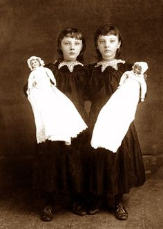 Victorian Twin Girls with Twin Dolls Vint Vintage Children Photos, Vintage Twins, Vintage Pictures, Victorian Photos, Antique Photos, Vintage Photographs, Victorian Portraits, Vintage Bizarre, Creepy Vintage