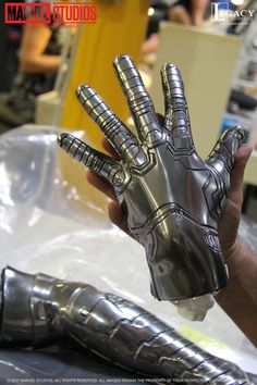 Props, metals arms and hands, lube, winter soldier, bucky barnes Winter Soldier Cosplay, Winter Soldier Bucky, Soldier Costume, Bucky Barnes, Barnes Marvel, Gadgets Électroniques, Funny Kid Costumes, Arte Robot, Cosplay Diy