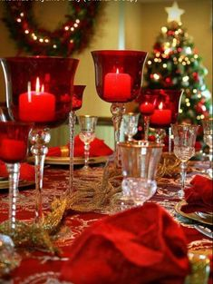 Are you in lookout of some Christmas indoor decoration? Then ave a look at our indoor Christmas decoration ideas below! Christmas Decorations Dinner Table, Christmas Table Settings, Christmas Tablescapes, Christmas Centerpieces, Decoration Table, Gold Christmas, Simple Christmas, Christmas Time, Beautiful Christmas