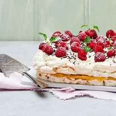 Rice Krispies-tårta   Recept ICA.se Fika, Rice Recipes, Recipies, Pavlova, Rice Krispies, Let Them Eat Cake, Raspberry, Deserts, Sweets