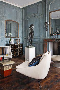 Suduca et Mérillou - Un appartement à Toulouse ...Wall paneling and moulding, mirrors, black and gold dresser.