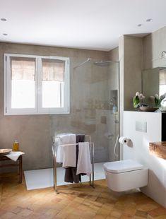 00455011 O. Baño de microcemento con plato de ducha blanco y suelo de barro. Rústico 00455011 O