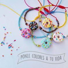 Ponle colores a tu vida con estas hermosas pulseritas de #Donas 🍩 cual es tu combinación favorita?? A mi me encantó la de topping marrón con hilo rojo 😻 ~~~~~~~~~~~~~~~~~~~~~ #polymerclay #masaflexible #porcelanicron #fimo #porcelanafria  #diy #pinterest #art #jewelry #bisuteria #handmade #craft #cute #sweet #kawaii #Venezuela #designersvenezuela
