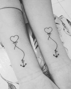 foto en blanco y negro, tatuaje antebrazo, corazon con ancla, tatuaje minimalista, simbolo de familia, ideas para hermanas