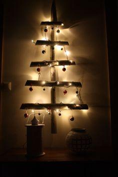 pihassa oli pari joutilasta heinäseivästä, lapset löysi lenkiltä ihania pieniä käpyä, ja siitä se ajatus sitten lähti. heinäseipäistä tehty kuusi, johon naulattiin pieniä nauloja, joihin saatiin laitella kävyistä tehdyt koristeet ja pienet puiset joulupallot. valot vielä päälle, niin johan tuli joulutunnelma :)anna-maija