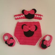 Girl Mouse 6 Mos Mini Gift Set. This gift set includes diaper cover, headband and booties. The color of this set is watermelon pink and white. This gift set was inspired by Minnie Mouse. It is perfect
