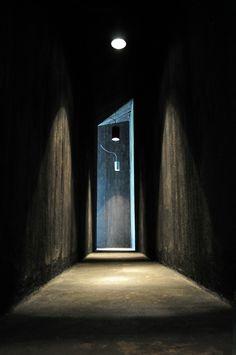 Dark moody hallway : Lumiere dramatique (environnement de l'ombre)