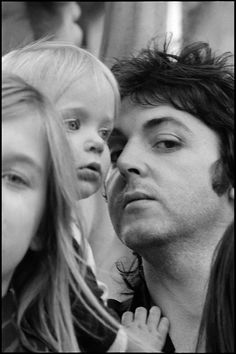 "Berührende Familienfotos von Linda McCartney: ""Heather, Stella und Paul"", unbekannter Ort, 1975 (© Paul McCartney/Linda McCartney)"