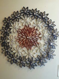 American wreath made of recycled cardboard toilet paper tubes or paper towel rolls. I like the different colors of paint. Toilet Paper Roll Art, Tissue Paper Roll, Paper Wall Art, Toilet Paper Roll Crafts, Diy Paper, Paper Towel Roll Crafts, Paper Towel Rolls, Cardboard Rolls, Cardboard Crafts
