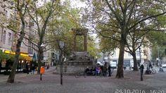 Charlottenburg, Hindemithplatz Der Hindemithplatz ist ein kleiner gepflasterter Platz im Berliner Ortsteil Charlottenburg, der vom St.-Georg-Brunnen beherrscht wird. Der von Bäumen umstandene Platz trägt seit dem 19. Oktober 1995 den Namen des deutschen Komponisten Paul Hindemith.