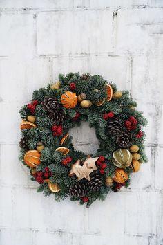 Christmas Advent Wreath, Cute Christmas Gifts, Xmas Wreaths, Christmas Candle, Christmas Mood, Christmas Crafts, Christmas Arrangements, Christmas Table Settings, Raffia Crafts