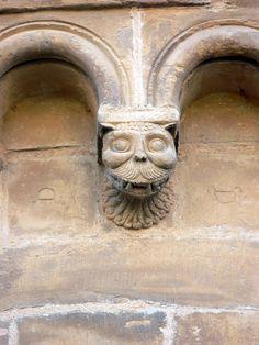 ***Muro de sillería de piedra caliza con marcas de cantero. Iglesia de Santa María del Azogue (Benavente, Zamora).