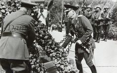 Mareşalul Ion Antonescu omagiază militarii români ce s… Moldova, Socialism, Romania, Ww2, Che Guevara, Military, People, Photography, Country