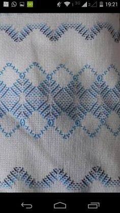 Caminho de mesa Vagonite Swedish Embroidery, Hand Embroidery, Swedish Weaving Patterns, Bargello Needlepoint, Chicken Scratch Embroidery, Monks Cloth, Diy Crafts How To Make, Cat Cross Stitches, Embroidery Stitches Tutorial