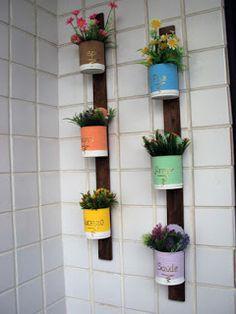 Mandala Arte e Reciclagem: Jardim vertical Tin Can Crafts, Diy Home Crafts, Bottle Garden, Garden Pots, Formula Can Crafts, Diy Para A Casa, Plastic Bottle Planter, Decorated Flower Pots, Modern Plant Stand