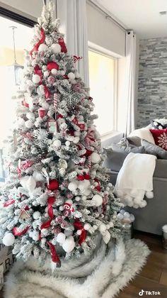 Christmas Tree Decorating Tips, Indoor Christmas Decorations, Christmas Tree Design, Christmas Room, Christmas Tree Themes, Christmas Wreaths, Grinch Christmas Tree, Christmas Feeling, Cozy Christmas