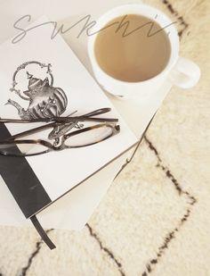 Maritan Villejä Lupiineja-blogissa esitellään ihanan pehmeä Aicha-paimentolaismatto ja kerrotaan hieman sen pitkästä valmistusprosessista: matto valmistetaan alusta asti käsin ja siinä on solmuja jopa puolet enemmän kuin koneellisesti tuotetuissa Beni Ouarain-kopioissa. Hyvää kannattaa odottaa!