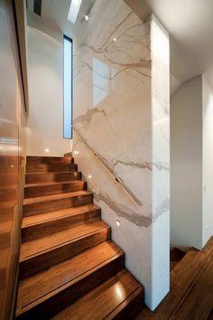 La idea de un muro de mármol, luce mucho que sea un lugar como el de la escalera