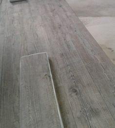 Pvc vloer - met noesten (idee/kleur voor in onze woonkamer) Home Stuck, Hardwood Floors, Flooring, Weathered Oak, Floor Finishes, Color Tile, Living Room Kitchen, How To Clean Carpet, Tile Design