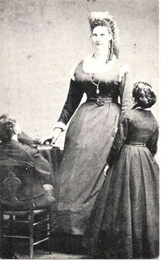 In Anna Bates (a giantess at gave birth to the longest and heaviest baby that Guinness has on record. The baby, born in Seville, Ohio, weighed in at 23 pounds, 12 ounces and measured Giant People, Tall People, Old Pictures, Old Photos, Vintage Photos, Vintage Prints, Nephilim Giants, Human Oddities, Vintage Circus
