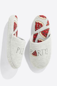 Womensecret Chinelos de impressão pizza grey Winter Slippers, Cute Slippers, Kawaii Shoes, Cute Pajamas, Gifts For Boys, Pyjamas, Pretty Outfits, Ciabatta, Lounge Wear