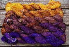 Set Goudgeel Bruin Paars  1020m, €27,20, merino nylon, eigenlijk sokkenwol maar kan ook als lace, als set geverfd, lang kleurverloop, veel artikelen zijn uitverkocht dus regelmatig kijken