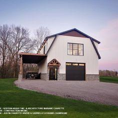 Située dans la région de Saint-Esprit (Québec), dans Lanaudière, cette maison possède un garage au rez-de-chaussée et une aire de vie au 2e étage!   🔥 Il y a de quoi faire rêver! 🔥  - Lambris de bois véritbale 6'', fini texturé, profile clin rainuré, 🎨 Couleur : Blanc Maibec 111 - Lambris de bois véritable, Planche couvre-joint 10'', fini texturé, 🎨 Couleur : Blanc Maibec 111 Shingle Siding, Wood Siding, Shed, Barn, Outdoor Structures, Mansions, House Styles, Saint Esprit, Inspiration