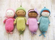 Vill du eller barnet ha en nattkompis? Sticka en sovande baby i fina och lugna färger. Förhoppningsvis hjälper babyn till att ge en god natts sömn!