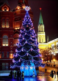 Breathtaking Christmas tree in Moscow http://ift.tt/1lOWEip