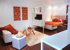 白とオレンジのカラーでコーディネートされ、明るく華やかな印象のお部屋です。 簡単なパテーションで仕切りを付けることで、窮屈感のない生活空間となっています。