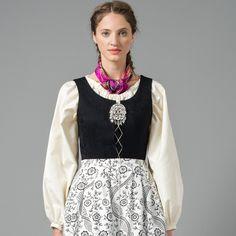 Nord-Norges Festdrakt med hvit skjorte og stormønstret forkle Folklore, Norway, Design, Travel, Style, Fashion, Swag, Moda, Viajes
