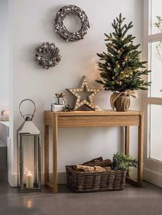 99 Welcoming and Cozy Christmas Entryway Decoration Ideas - Christmas Entryway, Christmas Mood, Rustic Christmas, Christmas Crafts, Christmas Christmas, Christmas Island, Small Christmas Trees, Vintage Christmas, Christmas Pictures
