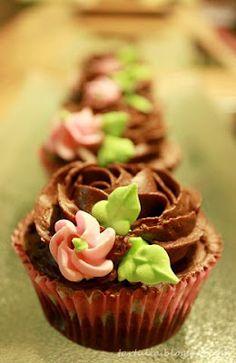 Cupcakes de chocolate con flores de glasa / Chocolate cupcakes with flowers real glasa
