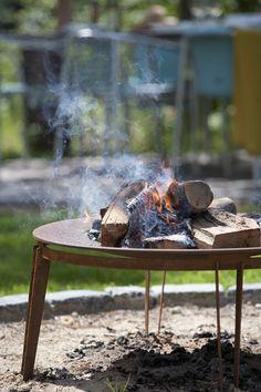 SKAGERAK - Feuerschale Ignis, Ø75cm | SCHÖNER WOHNEN-Shop Die Feuerschale Ignis von Skagerak ist vielseitig einsetzbar. Ganz gleich ob im Garten, der Terrasse oder am Strand, das offene Feuer verbreitet eine gemütliche und warme Stimmung. Die Schale ist aus Cortenstahl gefertigt, einem wetter- und korrosionsfestem Material, dass an der Oberfläche Edelrost bildet. Somit erhält Ignis seine originelle und zugleich elegante Anmutung. Das 4- beinige Gestell ermöglicht einen sicheren Stand auf…
