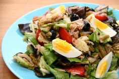 A opět tady máme něco z klasické francouzské kuchyně. Tentokrát lehký a výživný salát Nicoise, který obratně kombinuje brambory, fazole, tuňáka,  olivy, rajčata a další ingredience.