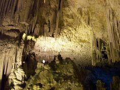 Para acceder a ella hay dos opciones: el uso de una escalera de 656 escalones que serpentea a lo largo de la pared del macizo de Capo Caccia, llamada escala de las huevas,