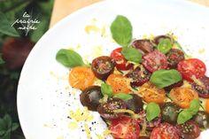 Fünferlei Tomaten auf pfannen-gegrillter Zucchini nebst Basilikum und Zitronenzeste.
