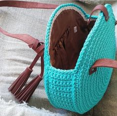Bolsa tejida en redondo en ganchillo o crochet. The place where construction meets design, beaded crochet is the act of using beads to embellish crocheted items. Crochet is derived from the French crocThis pHow to Crochet a Bea Crochet Tote, Crochet Handbags, Crochet Purses, Crochet Crafts, Diy Crafts, Crochet Circles, Crochet Round, Easy Crochet, Crochet Shoulder Bags