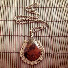 Somos artesãos e esse trabalho é totalmente artesanal. Desenvolvido em Metal Alpaca, utilizamos pedra natural Tigrinho e trabalhamos a técnica de filigrana martelada.