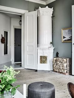 A Swedish kakelugn / Harmony and balance in a Swedish home with green accents. Entrance / Anders Bersgtedt.
