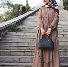 Image may contain: one or more people Hijab Style Dress, Casual Hijab Outfit, Muslim Women Fashion, Islamic Fashion, Abaya Fashion, Fashion Outfits, Hijab Jeans, Moslem Fashion, Mode Abaya