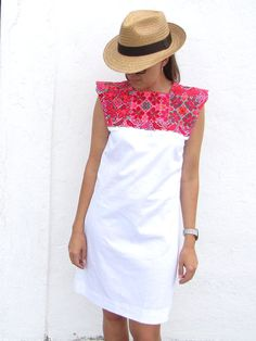 Vintage Embroidery Shift Dress Mexican Dress XS by ChiapasBazaar Mexican Fashion, Ethnic Fashion, Look Fashion, Fashion Outfits, Fashion Design, Mexican Blouse, Mexican Outfit, Mexican Dresses, Dress Skirt