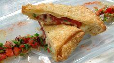 Πίτα Καισαρείας με σαλάτα εσμέ Mediterranean Dishes, Sandwiches, Tacos, Mexican, Ethnic Recipes, Food, Essen, Meals, Paninis
