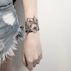 33 Cool Small Wrist Tattoos For Guys – Wrist Designs Cuff Tattoo Wrist, Wrist Tattoo Cover Up, Tattoo Band, Cover Up Tattoos, Body Art Tattoos, Mini Tattoos, Stomach Tattoos, Tattoo Bracelet, Arm Band Tattoo For Women